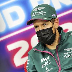 Sebastian Vettel vom Team Aston-Martin nimmt an einer Pressekonferenz vor dem Rennen teil.