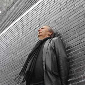 Wilfried Schmickler vor der Comedia in der Südstadt