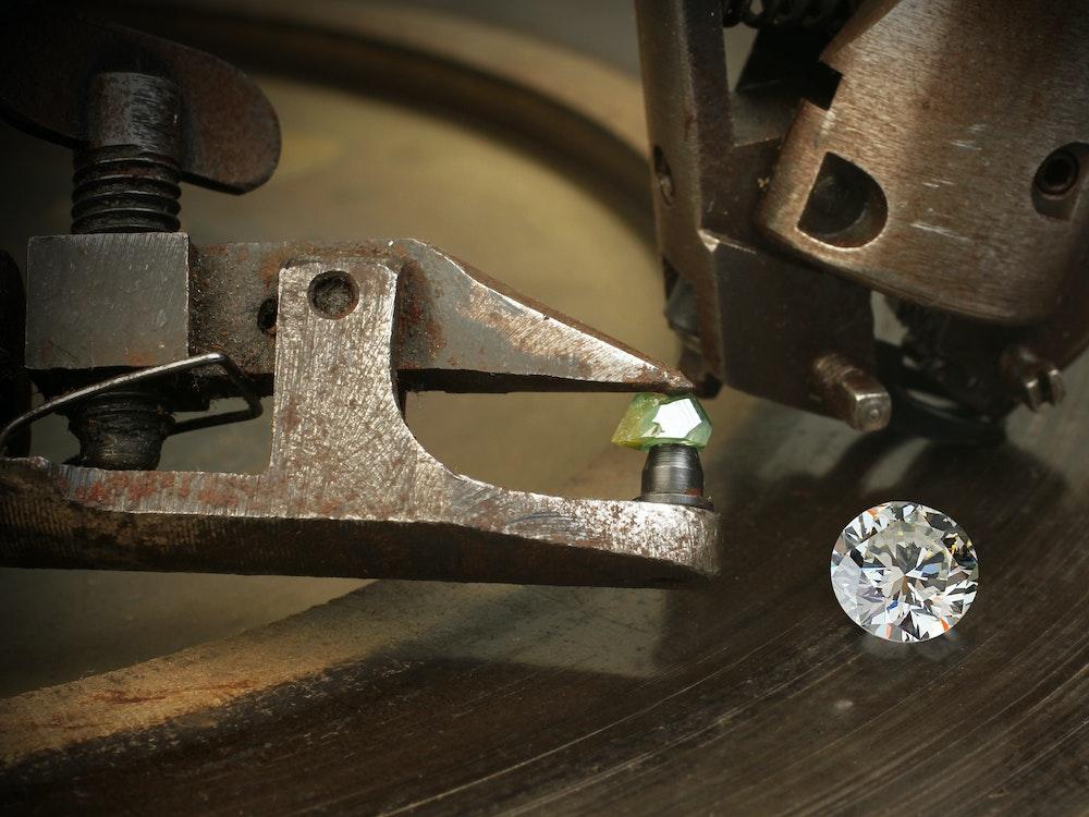 Ein Diamant liegt nehmen einem Schleifwerkzeug.