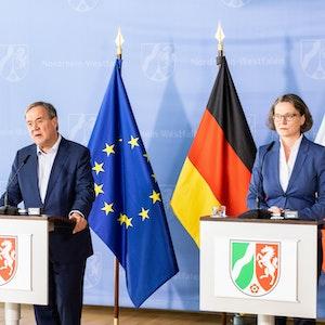 Armin Laschet (l, CDU), Ministerpräsident von Nordrhein-Westfalen, und Ina Scharrenbach (CDU), Ministerin für Heimat, Kommunales, Bau und Gleichstellung des Landes Nordrhein-Westfalen, sprechen während einer Pressekonferenz im Juli 2021.