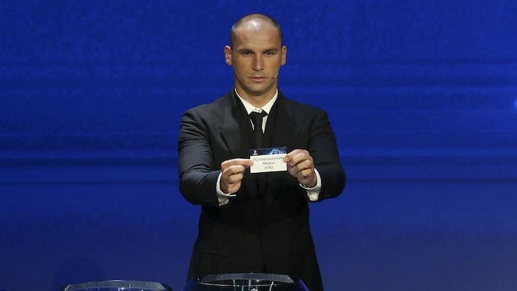 Branislav Ivanovic zeigt ein Los mit der Aufschrift Inter Mailand.