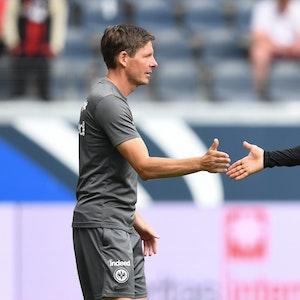 Frankfurts Cheftrainer Oliver Glasner (l) und Filip Kostic geben sich nach dem 2:1-Sieg die Hand
