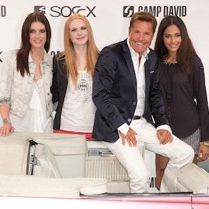 Lovelyn Enebechi (re.) auf der Fashion Week Berlin (3. Juli 2013) mit Dieter Bohlen und den Models Models Luise Will (li.) und Maike Lisa van Grieken.