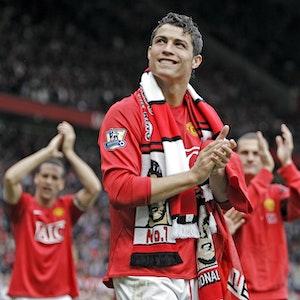 Cristiano Ronaldo, klatscht bei einer Ehrenrunde im Dress von Manchester United.