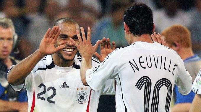 Deutschlands David Odonkor (l) freut sich mit Oliver Neuville, dem Torschützen zum 1:0 über Polen bei der WM 2006.