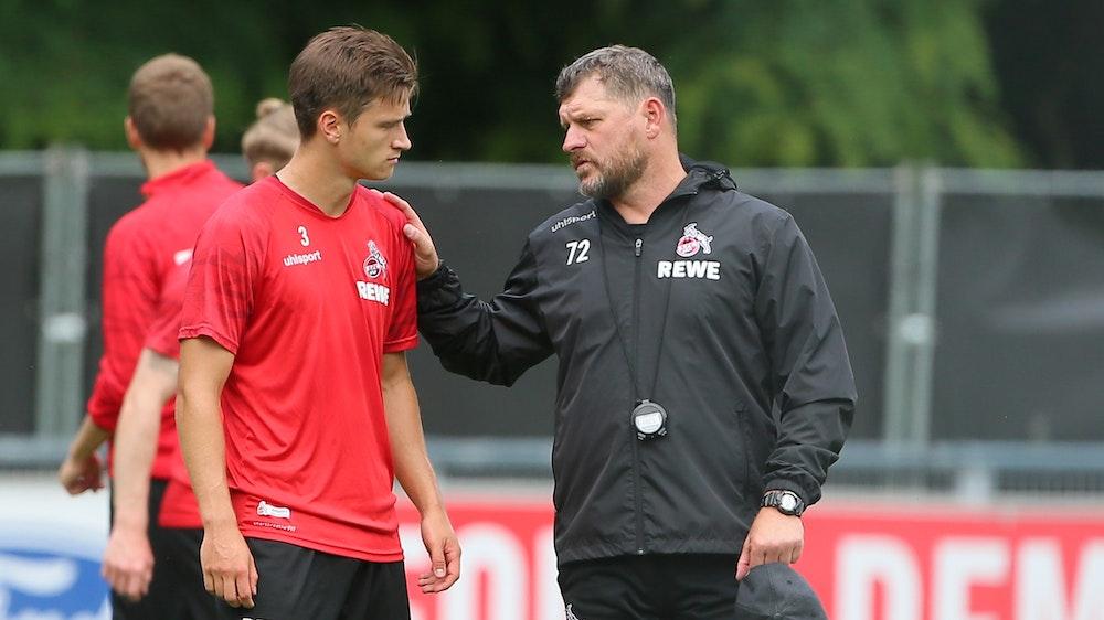 Noah Katterbach und Steffen Baumgart (1. FC Köln) unterhalten sich.