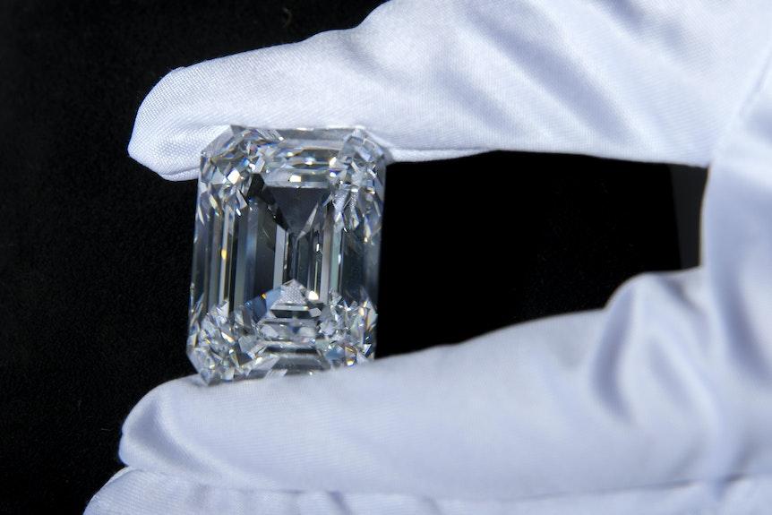Ein Christie's-Mitarbeiter hält einen D-farbigen rechteckigen Diamanten von 100,94 Karat in der Hand. Der Diamant wird auf 12.000.000 - 18.000.000 US-Dollar geschätzt.