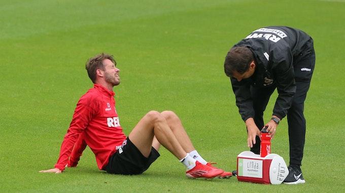 Mark Uth (1. FC Köln) wird im Training behandelt.