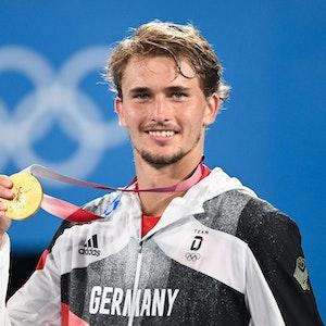 Alexander Zverev feiert mit seiner Goldmedaille bei den Olympischen Spielen in Tokio