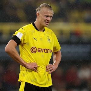 BVB-Stürmer Erling Haaland stemmt seine Hände in die Hüfte.