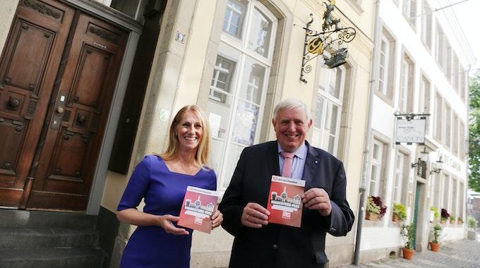 Venetia Huasa Maisch und Minister Laumann mit Express Brauchtums-Pass