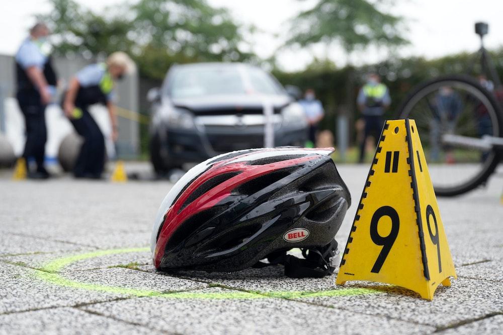Das Symbolfoto zeigt ein Verkehrsunfallaufnahme-Team der Polizei, das bei einer Vorführung Spuren eines Unfalls sichert.