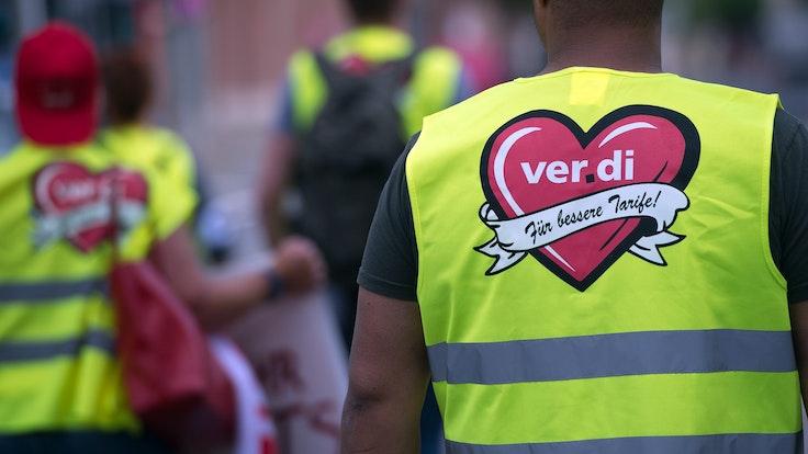 Verdi will mit Warnstreiks (hier Mitarbeiter in Düsseldorf) Druck machen im Tarifstreit.
