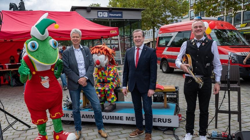 """Kölner Heumarkt: Das Festkomitee Kölner Karneval hat unter dem Motto """"Loss mer impfe!"""" eine Impfaktion auf dem Heumarkt organisiert."""