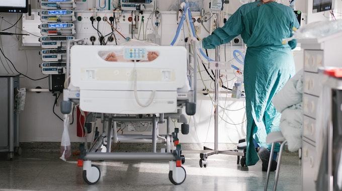 Eine Intensivpflegerin versorgt Ende April auf der Intensivstation in Braunschweig einen an Covid-19 erkrankten Patienten. Die Diskussion um neue Richtwerte neben einer Sieben-Tage-Inzidenz ist in vollem Gange.