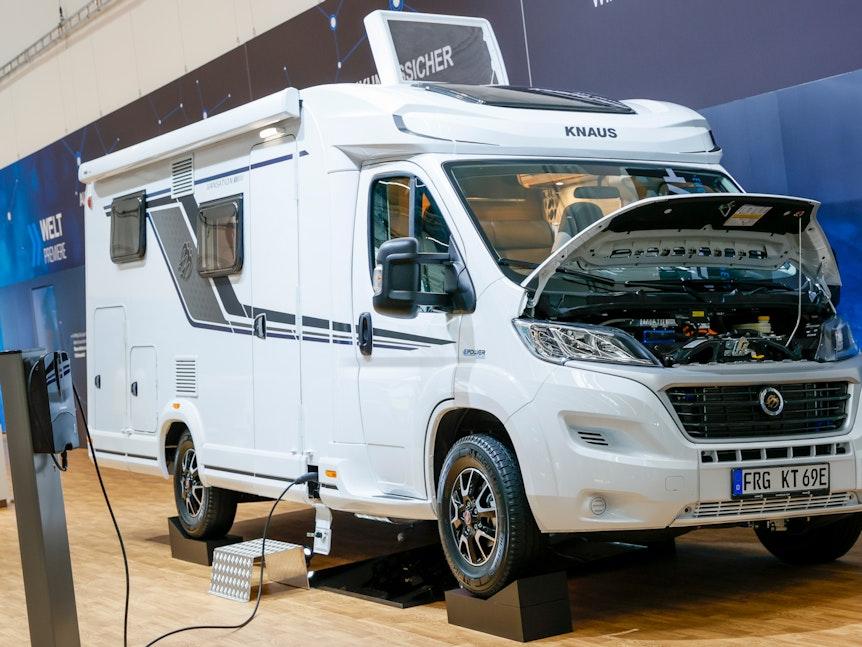 Sssssst: Rein elektrisch soll der Knaus Van Ti 650 MEG E.Power Drive rund 90 Kilometer weit kommen. Es ist aber auch ein Generator an Bord, der die Batterie wieder auflädt und die Reichweite vergrößert.