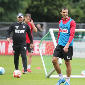Ellyes Skhiri beim Training des 1. FC Köln, hinter ihm Trainer Steffen Baumgart