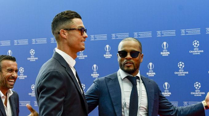 Cristiano Ronaldo und Patrice Evra sprechen bei einer Veranstaltung der UEFA-Champions-League miteinander.