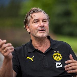 BVB-Sportdirektor Michael Zorc gestikuliert während eines Interviews.