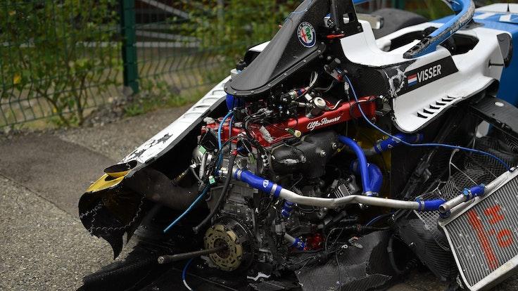 Ein Blick auf das zerstörte Auto von Beitske Visser nach dem Unfall.