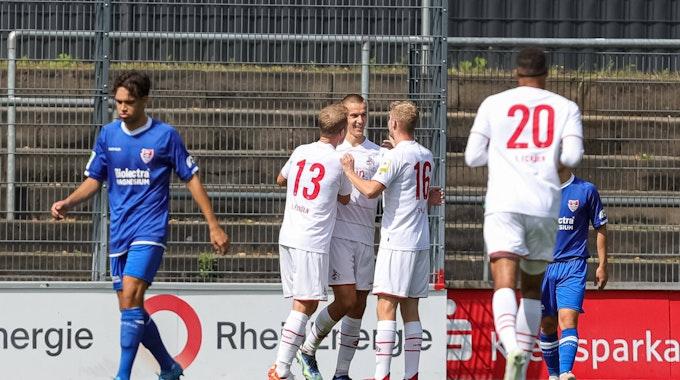 Florian Dietz jubelt mit seinen Teamkollegen beim Spiel des 1. FC Köln gegen den KFC Uerdingen.