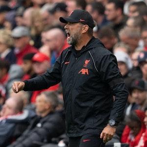 Liverpool-Coach Jürgen Klopp gibt seinen Spielern während der Partie gegen Burnley lautstark Anweisungen.