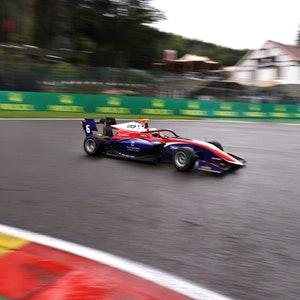 David Schumacher in seinem Trident auf der Rennstrecke.