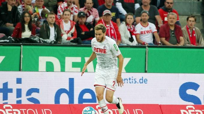 Benno Schmitz (1. FC Köln) im Ballbesitz