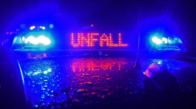 Das eingeschaltete Blaulicht eines Polizeiautos.