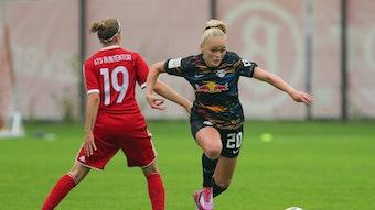 Die Leipzigerin Victoria Krug (r.) lässt im DFB-Pokal eine Gegnerin alt aussehen.