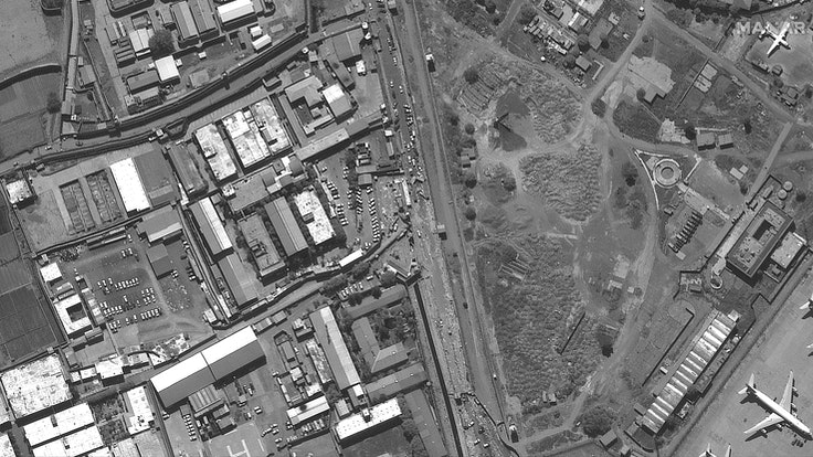 Dieses Satellitenbild von Maxar Technologies zeigt das Abbey Gate am Hamid Karzai International Airport in Kabul. Drei Tage nach einem Anschlag, bei denen viele Menschen getötet wurden, kam es erneut zu einer Explosion. Die USA vermeldeten, einen Drohnenangriff auf ein mit Sprengstoff beladenes Fahrzeug in Kabul ausgeführt zu haben.