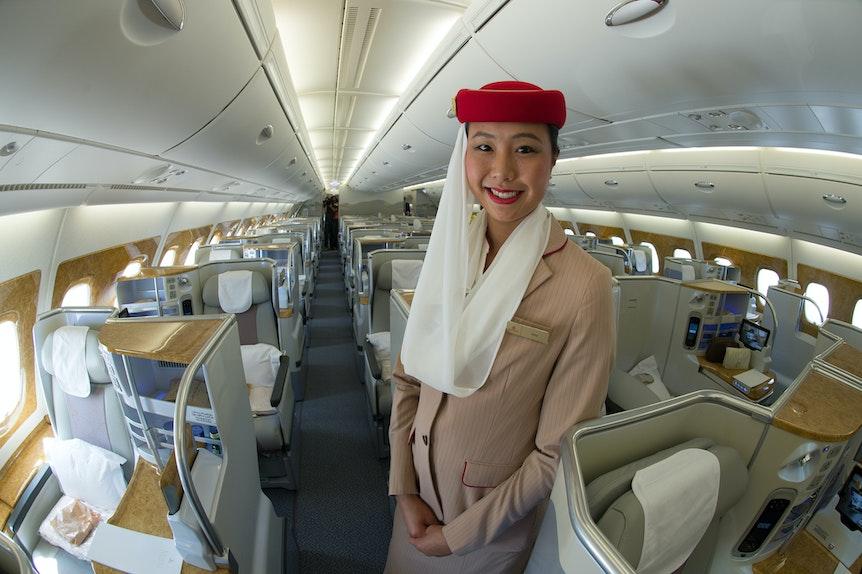 Eine Stewardess steht am 01.07.2015 auf dem Flughafen in Düsseldorf (Nordrhein-Westfalen) in einem Airbus A380 der Emirates.