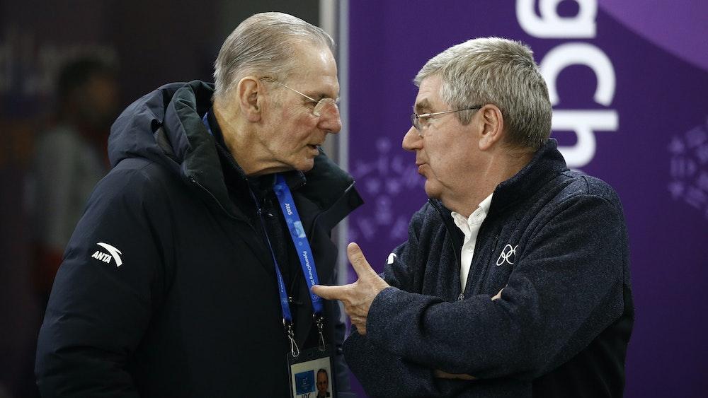 Thomas Bach (r), der deutsche IOC Präsident, unterhält sich mit Jacques Rogge, ehemaliger Präsident des Internationalen Olympischen Komitees.