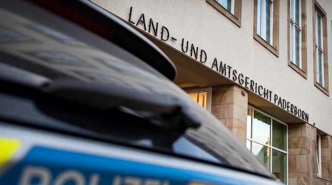 Ein Polizeiwagen steht vor dem Land- und Amtsgericht Paderborn.