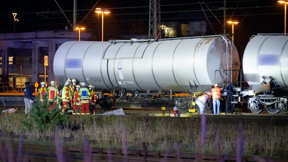 Ein 14-jähriger Jugendlicher ist im Güterbahnhof Troisdorf nach einem Stromschlag gestorben. Unser Symbolfoto (29. November 2020) wurde bei einem Einsatz im Bahnhof in Itzehoe aufgenommen.