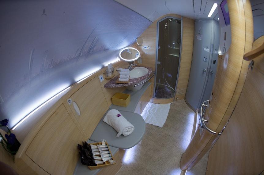 Die Spa-Wellness-Dusche in einem Airbus A380 der Emirates, fotografiert am 01.07.2015 auf dem Flughafen in Düsseldorf (Nordrhein-Westfalen).