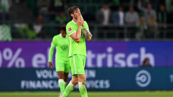 Wout Weghorst hält im Bundesliga-Spiel des VfL Wolfsburg die Hände vors Gesicht.