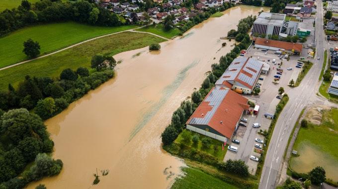 Hochwasser in Au In Der Hallertau: Die aus ihrem Bachbett getretene Abens hat nach starkem Regen in den frühen Morgenstunden die angrenzenden Felder überflutet.