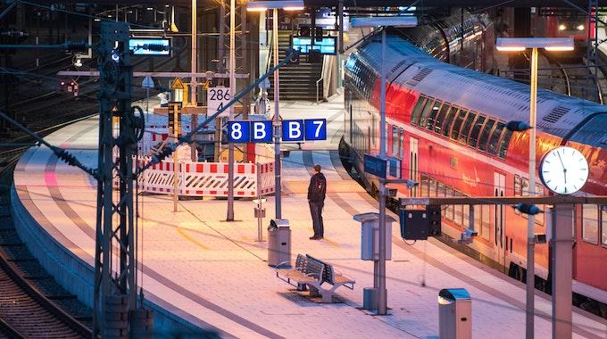 Ein Mann steht am Mittwoch (25. August) im Hamburger Hauptbahnhof an einem Regionalzug. Nach zwei Streiks in den vergangenen Wochen ruft die GDL zu einer dritten Streikwelle auf.