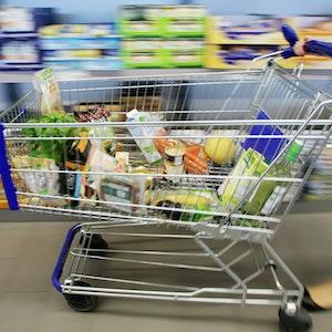 Unser Symbolbild zeigt einen gefüllten Einkaufswagen in einem Discounter: Getrocknete Feigen wurden jetzt wegen Schimmelpilzgiften zurückgerufen.