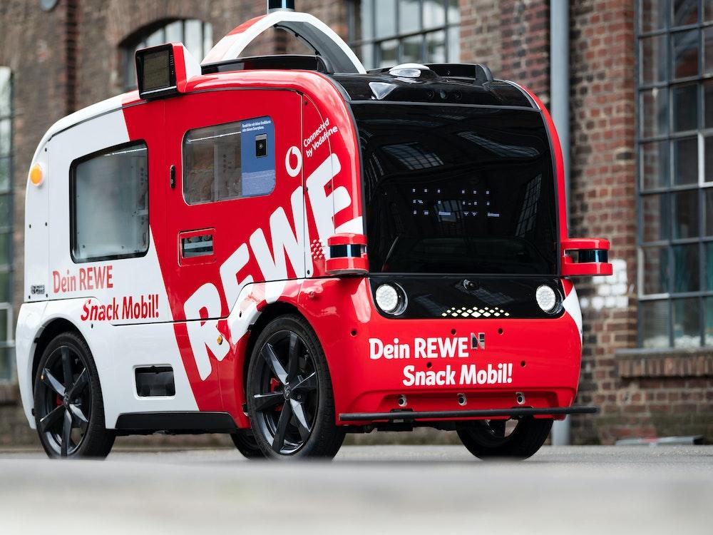 """Das """"Snack Mobil"""" von Rewe steht auf dem Gelände des Carlswerks."""