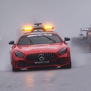Max Verstappen fährt beim Belgien-Rennen der Formel 1 hinter dem Safety Car.