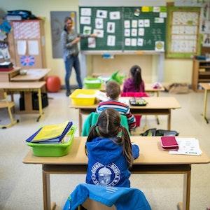 Schülerinnen und Schüler der Klasse1c der Eichendorff-Grundschule in Meerbusch (NRW) sitzen am 9. Juni 2020 mit Abstand in ihrem Klassenraum.