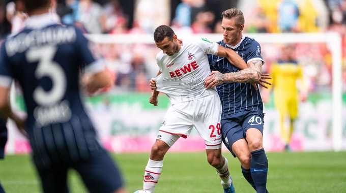 Kölns Ellyes Skhiri (l) und Bochums Sebastian Polter kämpfen um den Ball.