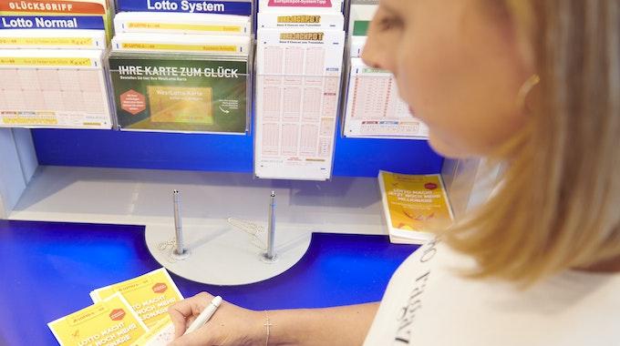 Der System-Anteilschein XXL wird auf 91 Gewinnanteile aufgeteilt, von denen ein einzelner Spielteilnehmer bis zu fünf erwerben kann. Die Kreuzchen werden dann allerdings per Zufallsgenerator gesetzt