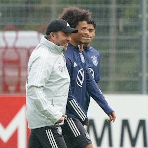 Bundestrainer Hansi Flick mit Leroy Sané beim Training der deutschen Nationalmannschaft im ADM Park Stuttgart.