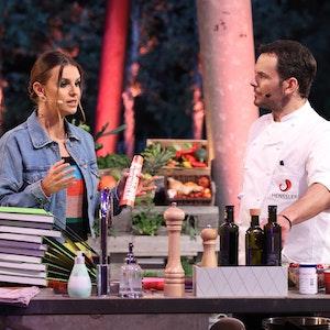 Profi-Koch Steffen Henssler und Moderatorin Laura Wontorra unterhalten sich beim Sommer-Special von Grill den Henssler.
