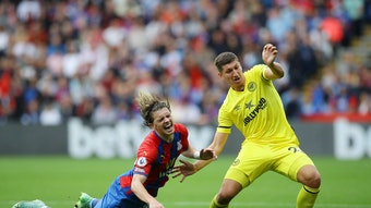 Vitaly Janelt vom FC Brentford (r.) setzt sich gegen einen Gegenspieler durch.