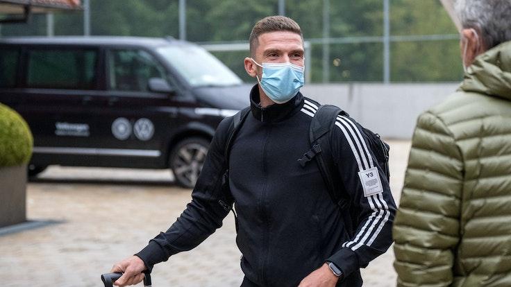 Robin Gosens kommt mit Mundschutz am Hotel der Nationalmannschaft an.