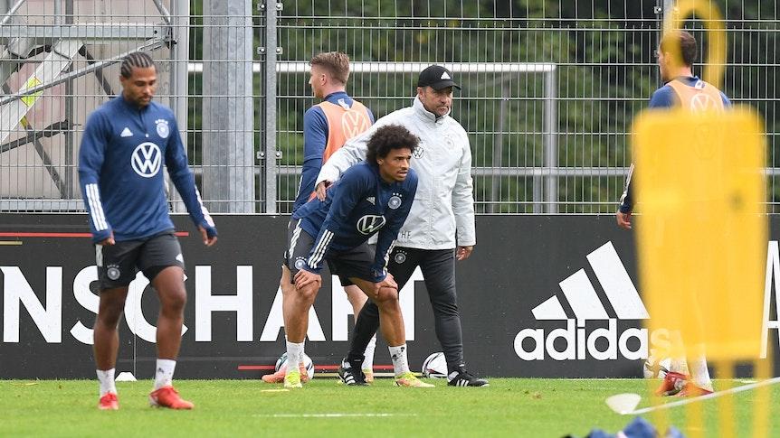 Hansi Flick, Serge Gnabry und Leroy Sané beim Training der Nationalmannschaft.